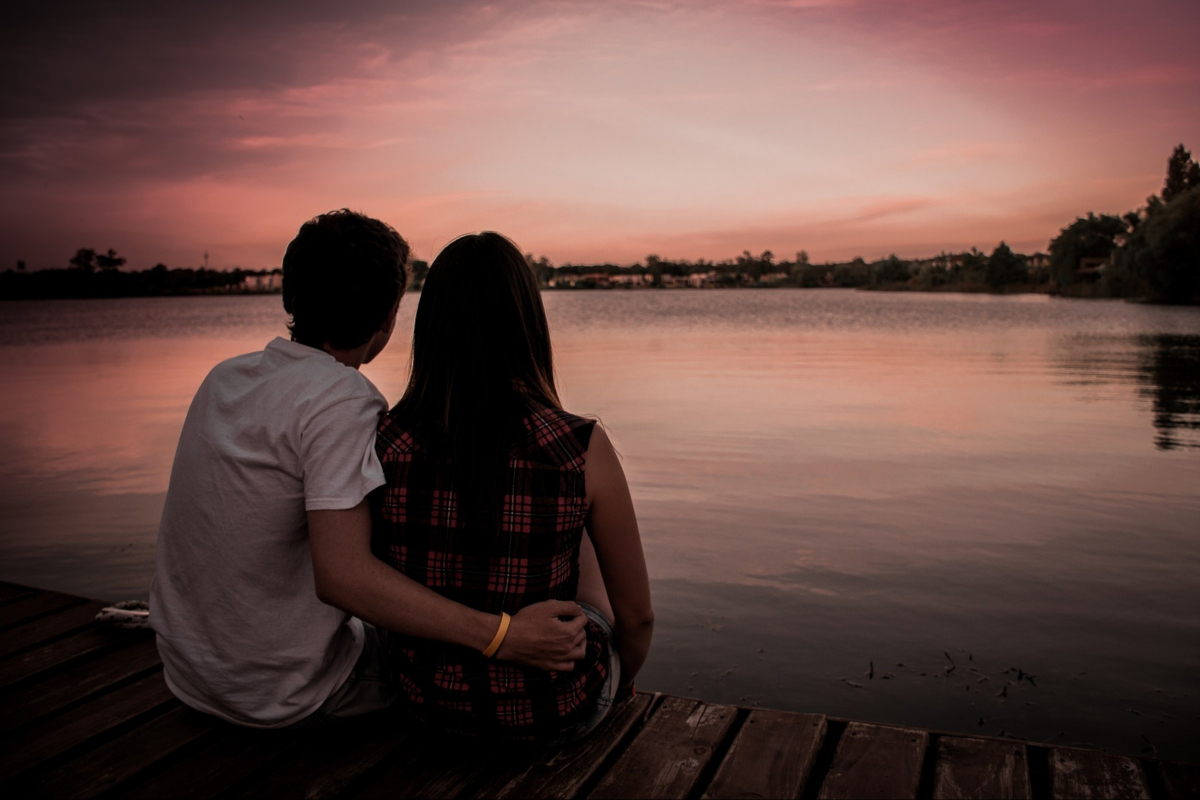 8 differences between loving someone and being in love